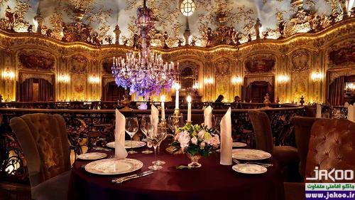 رستورانهای گران قیمت مسکو، پیش خدمتهایی لباس سنتی