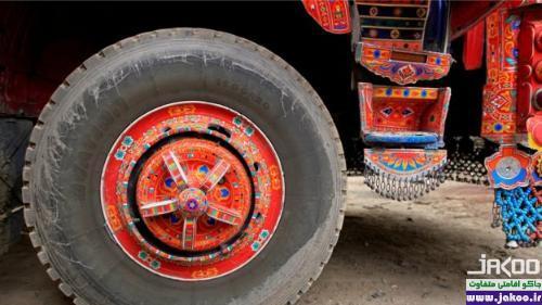 گالری نمایشگاه هنری با موضوع هنر کامیون