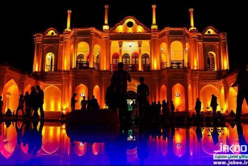 نورپردازی زیبای شبانه در باغ عمارت فتح آباد کرمان